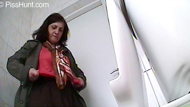 Spicy brunette is peeing on the cam