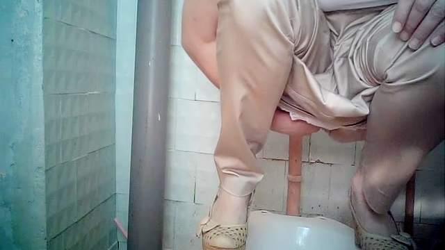 sperma-liznul-aziatki-v-tualete-podsmotret