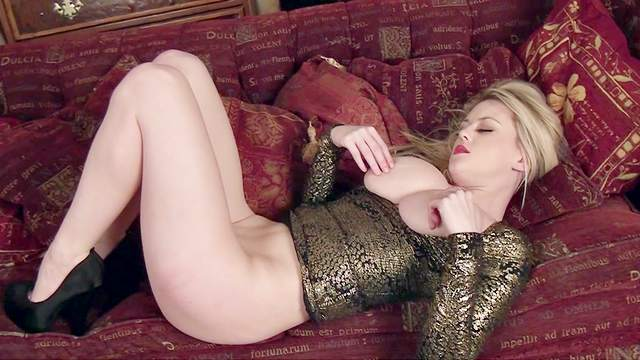 Blonde with natural boobies is showing her ass