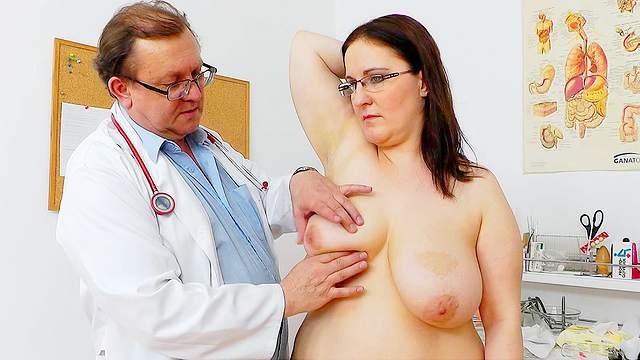 врач трогал мои сиськи чувственно отсасывает черный