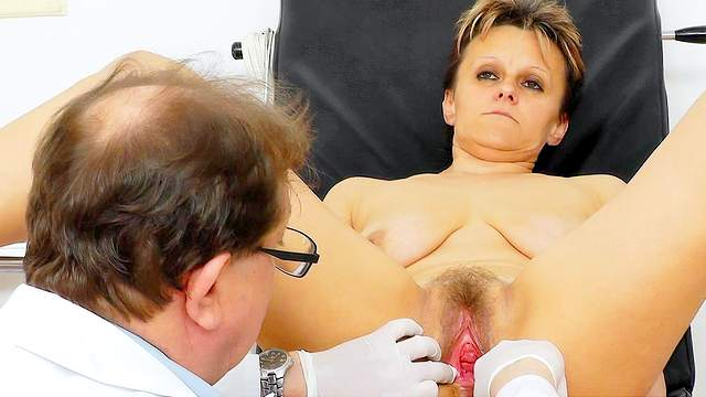 Mature woman gets a special treatment in her wet hole