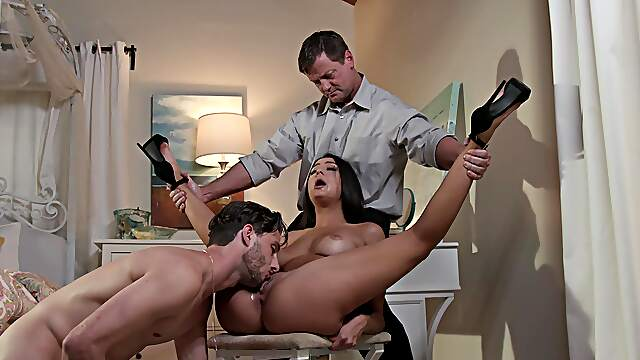 Brunette gets a double dose for her soaked holes