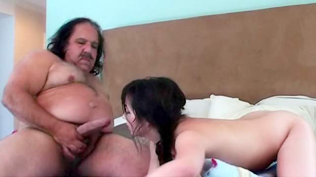 Фото секс пузатый с брюнеткой видео ебут